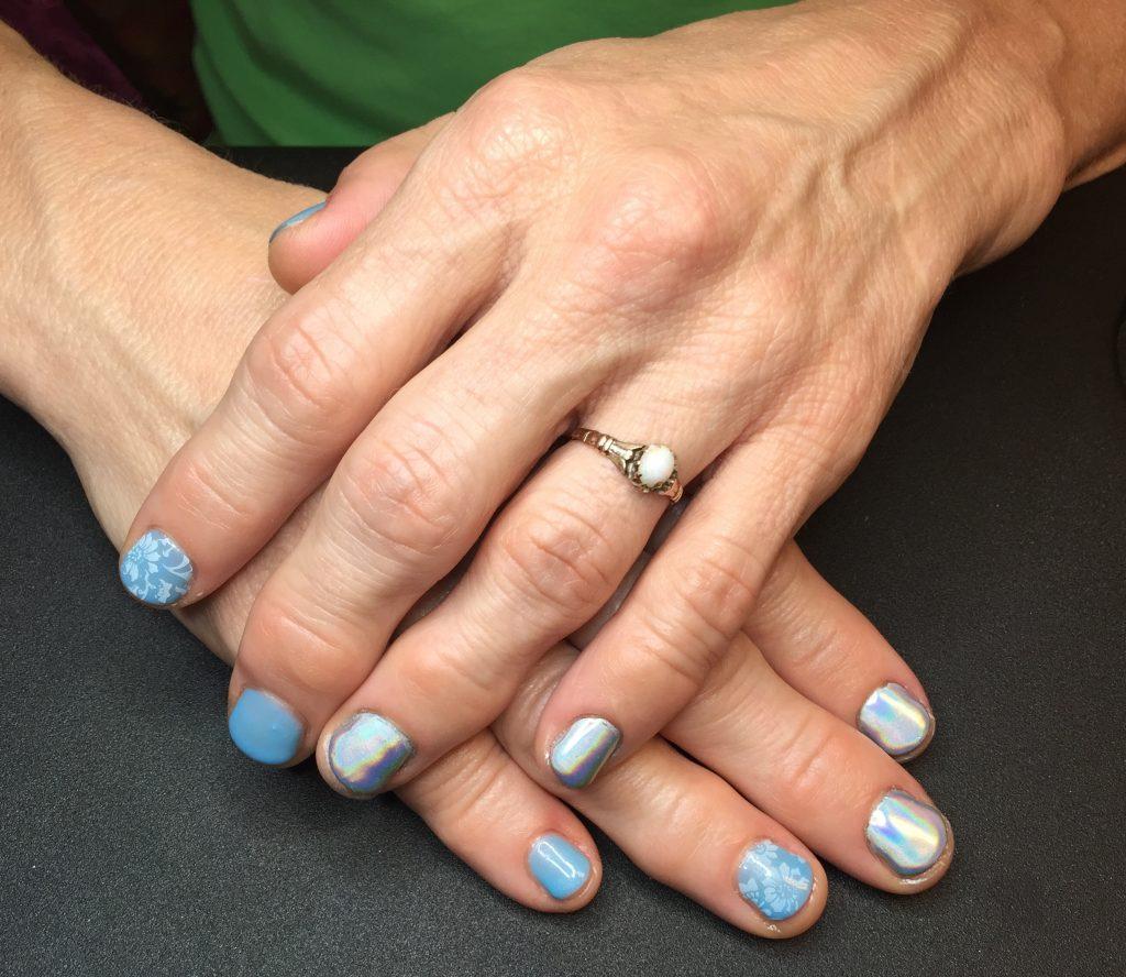 blue-iridescent-nailart