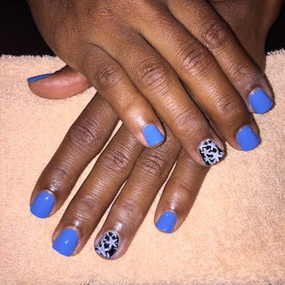 blue-patterened-manicure