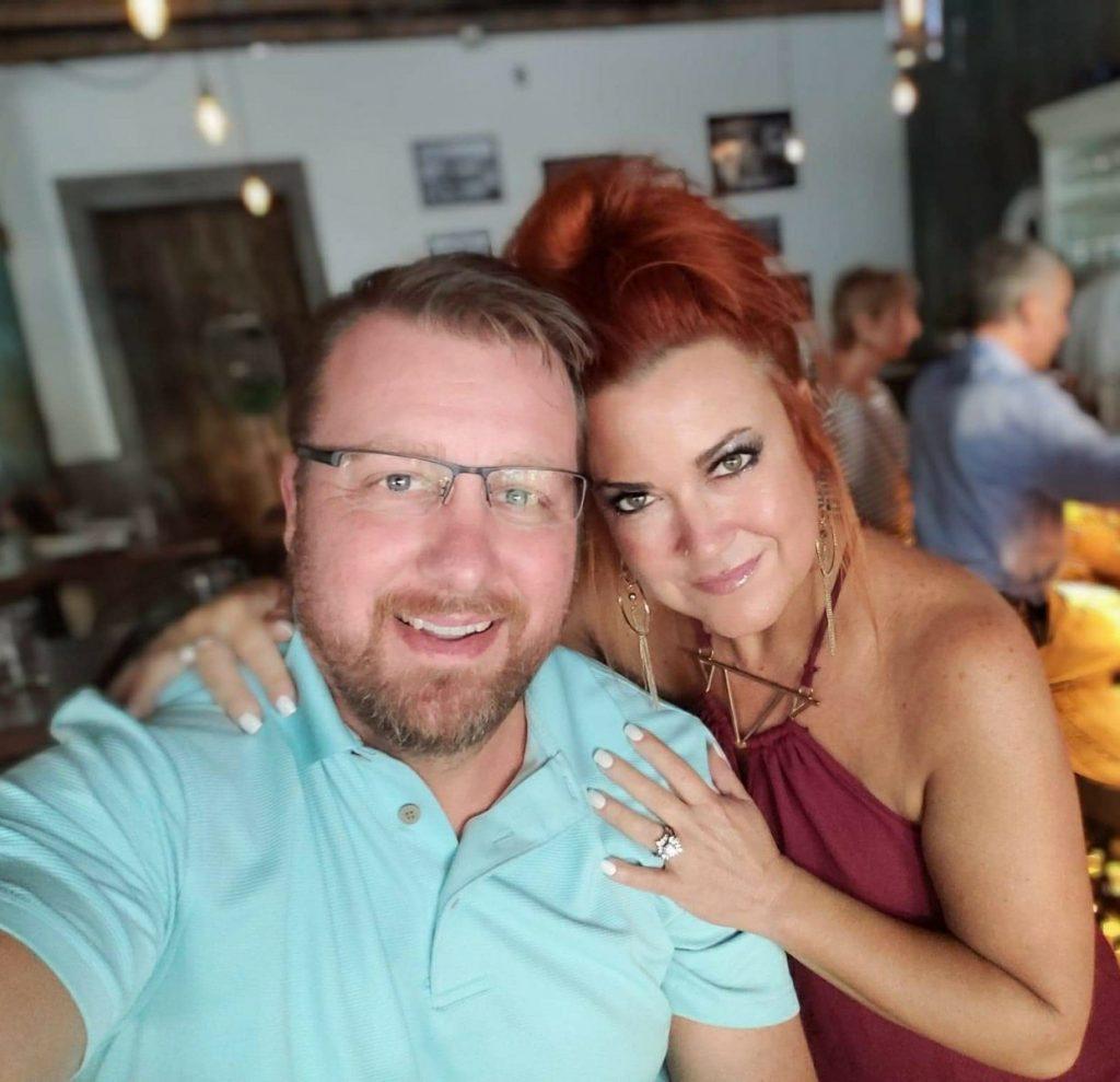 couple-tan-happy